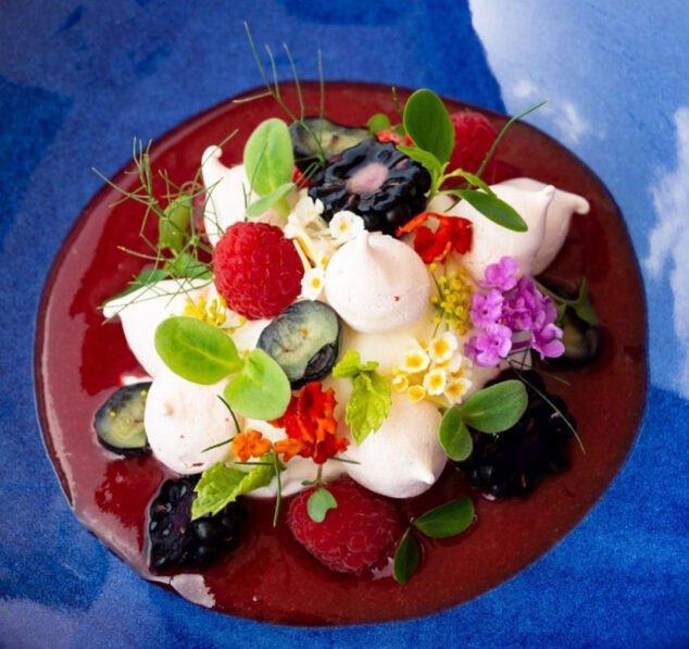 Imagen: Mus de queso fresco, frutos rojos, merengue de rosa, flores y brotes - Tosca
