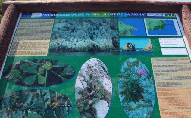 Imagen: Panel informativo sobre la microrreserva de flora de l'Illot de la Monta, en el Cabo de San Antonio de Jávea
