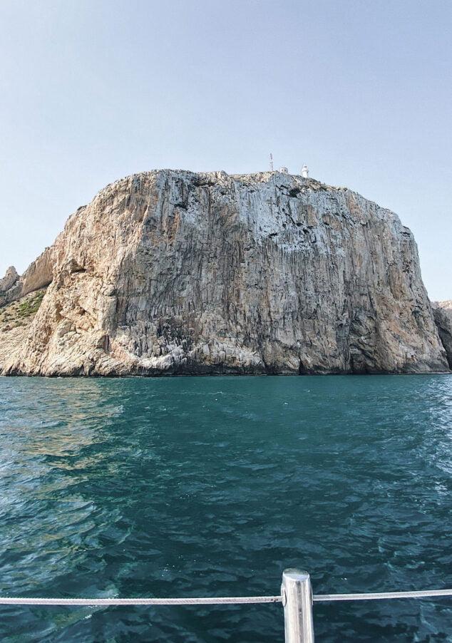Imagen: Pared vertical del Cabo de San Antonio desde el mar
