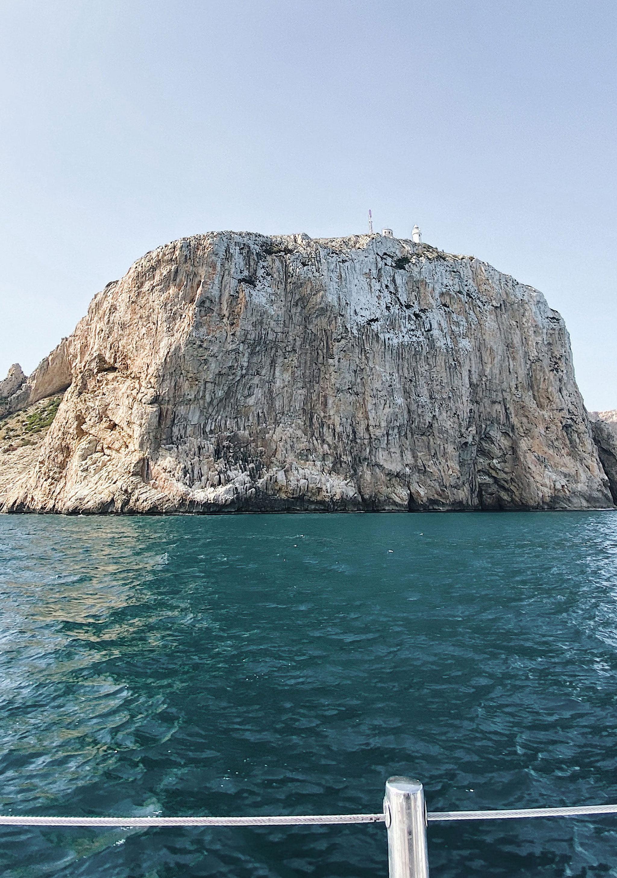 Impresionante pared del acantilado del Cabo de San Antonio, con el faro arriba