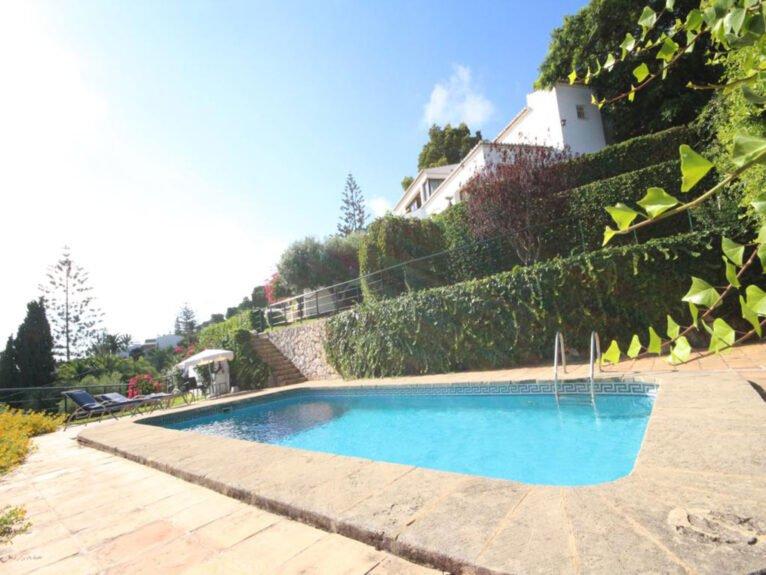 Piscina y jardín en una villa en venta en El Tosalet en Jávea - Atina Inmobiliaria