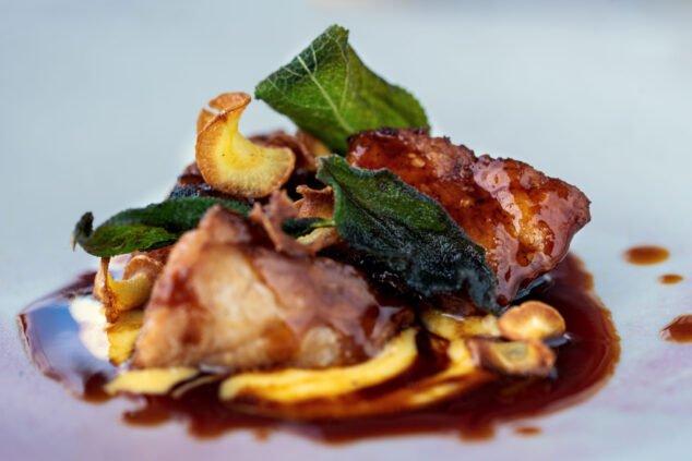 Imagen: Mollejas de ternera a la parrilla con salsa bearnesa de salazones y su jugo - Tula