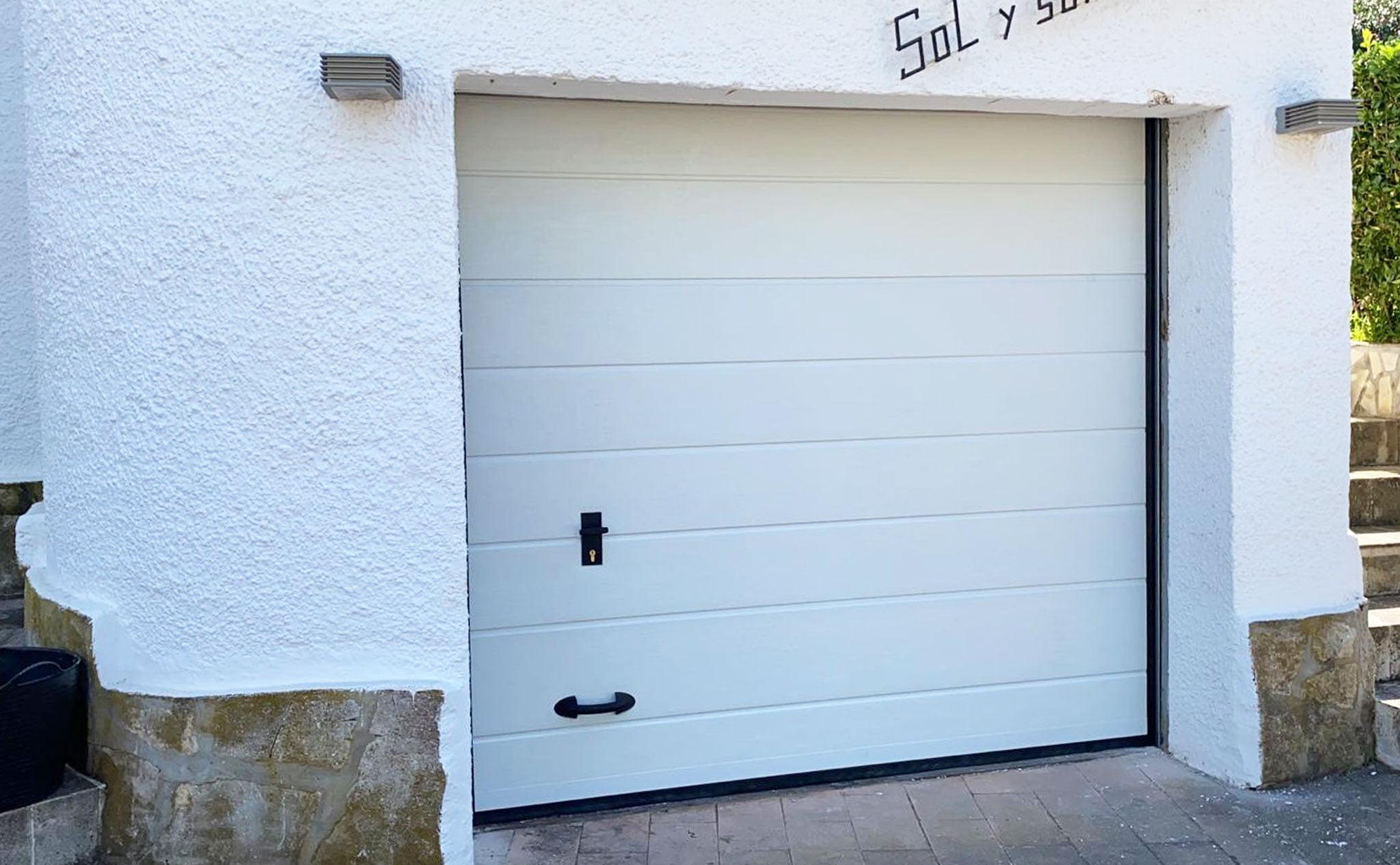 Puertas seccionales en garajes – Alucardona PVC y Aluminios S.L.