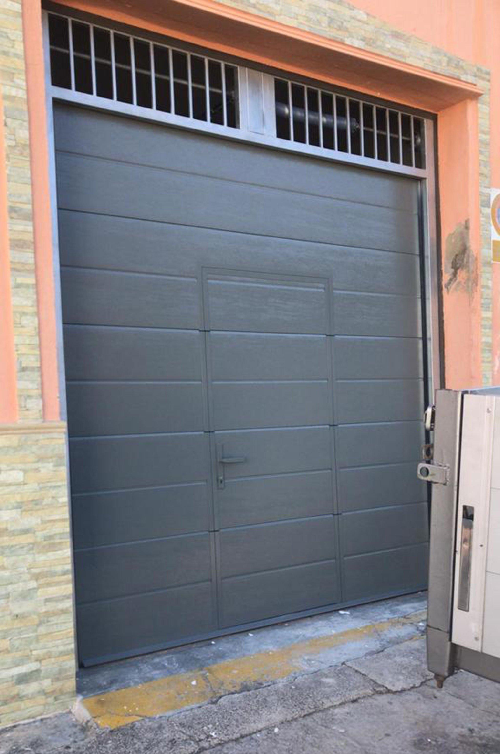 Puerta seccional en un garaje – Alucardona PVC y Aluminios S.L.