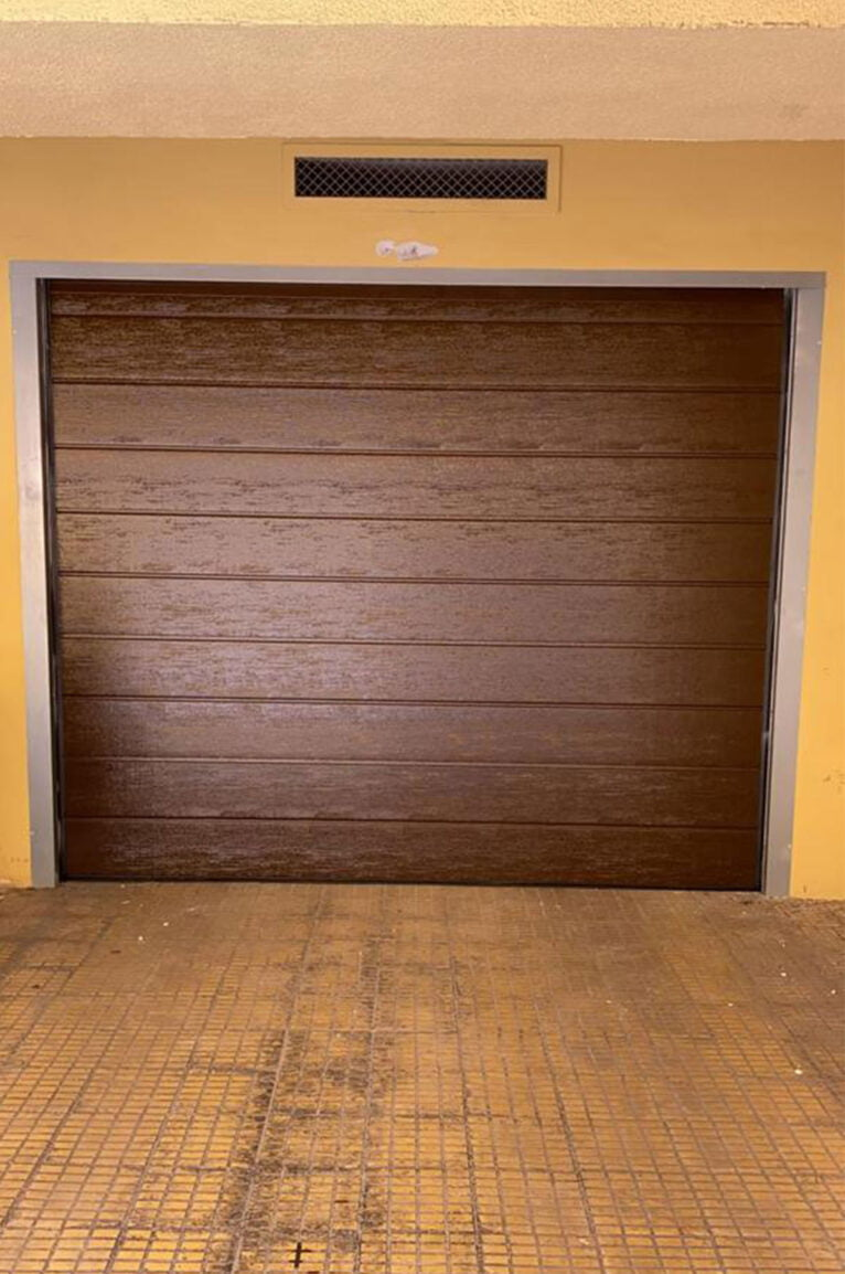Una puerta seccional en un garaje - Alucardona PVC y Aluminios S.L.
