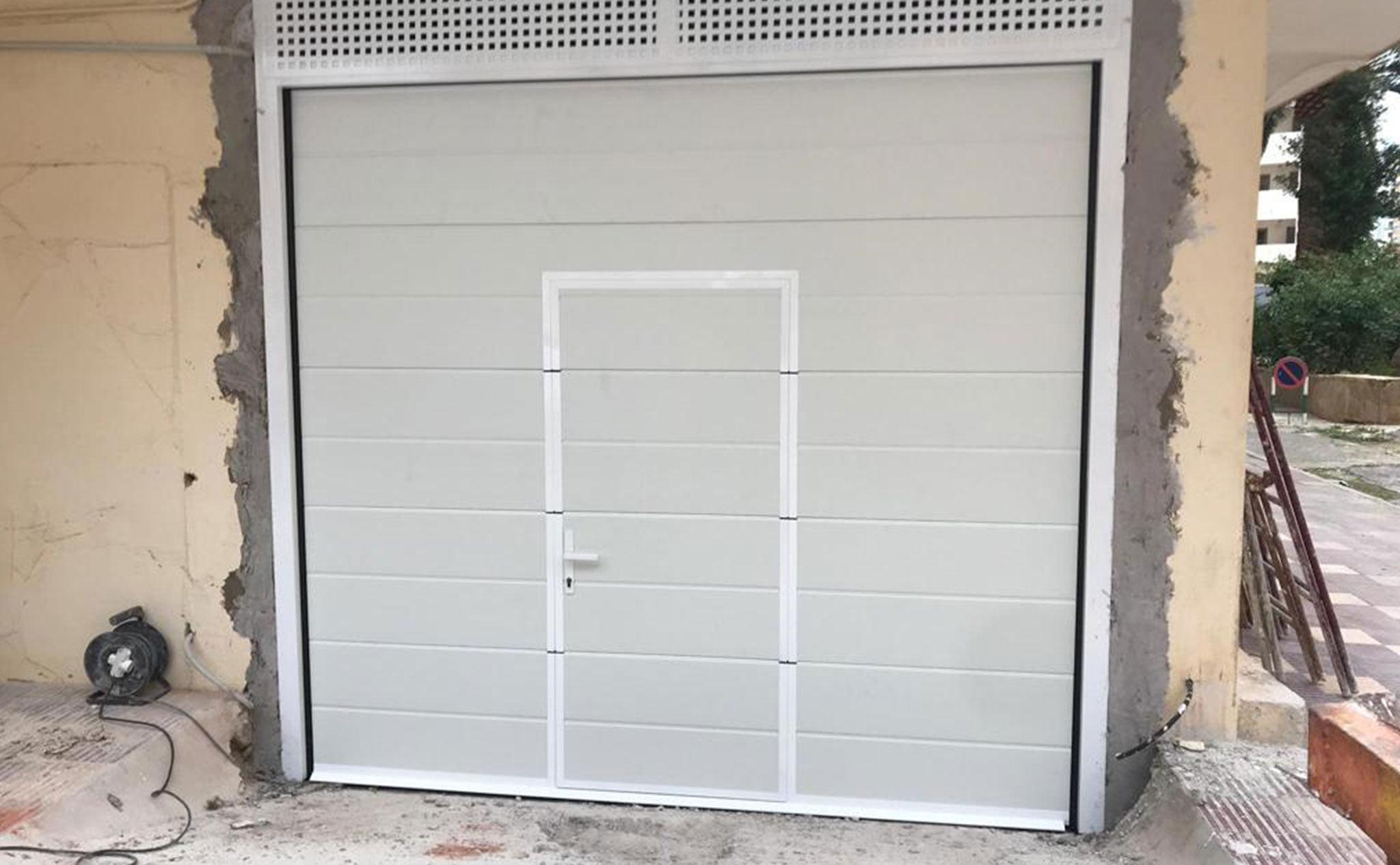 Resultado de la instalación de una puerta seccional en un garaje – Alucardona PVC y Aluminios S.L.