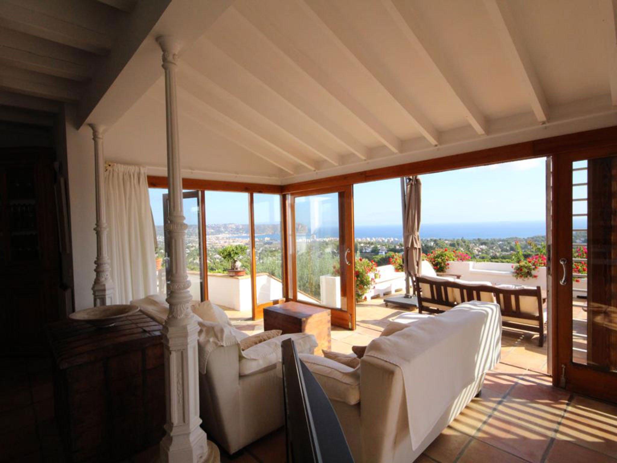 Salida a la terraza en una villa en venta en El Tosalet en Jávea – Atina Inmobiliaria