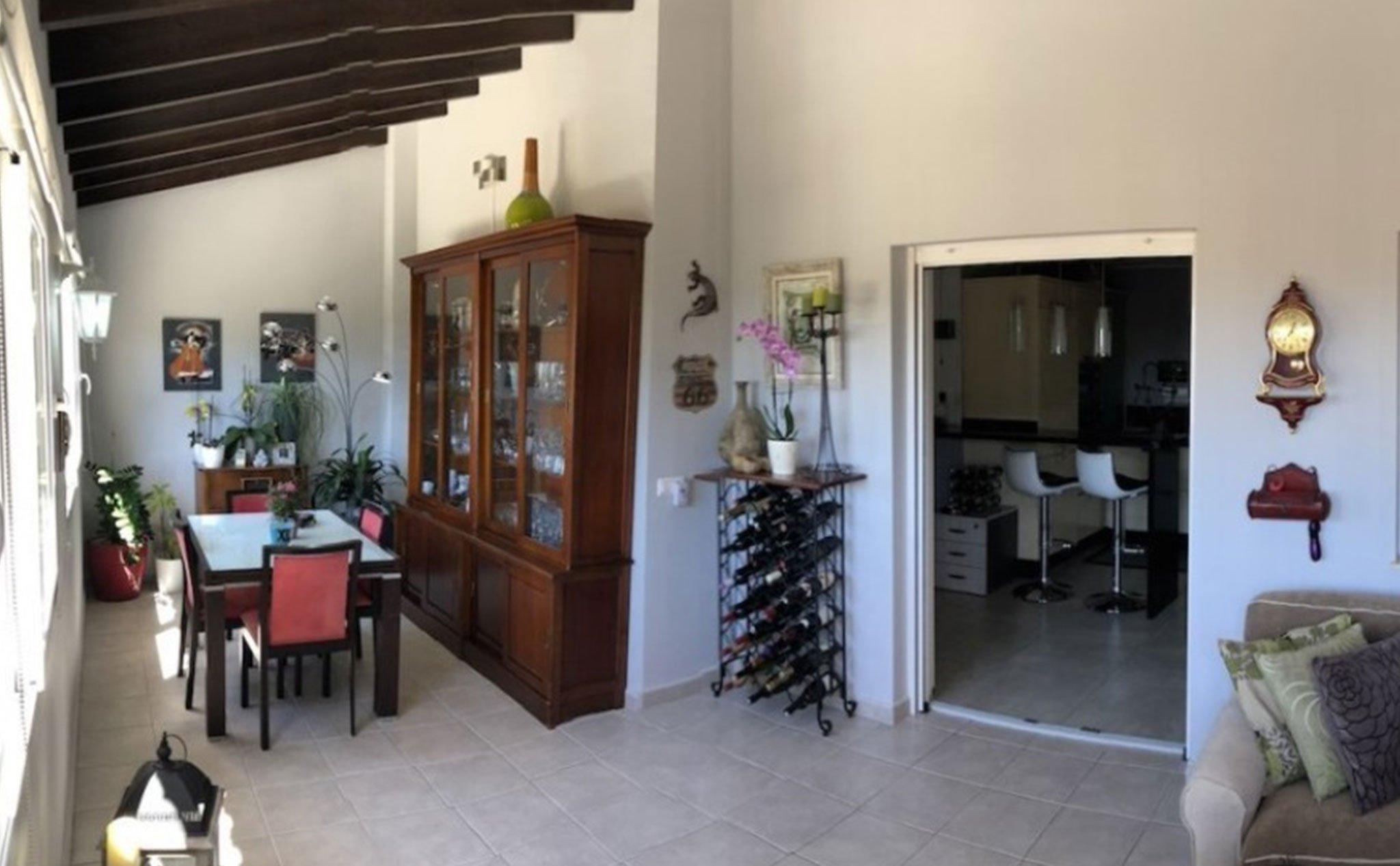 Salón con salida al exterior en un chalet en venta en Jávea – Terramar Costa Blanca