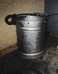 Un pozal donde se puede ver la pieza gruesa de hierro junto al asa