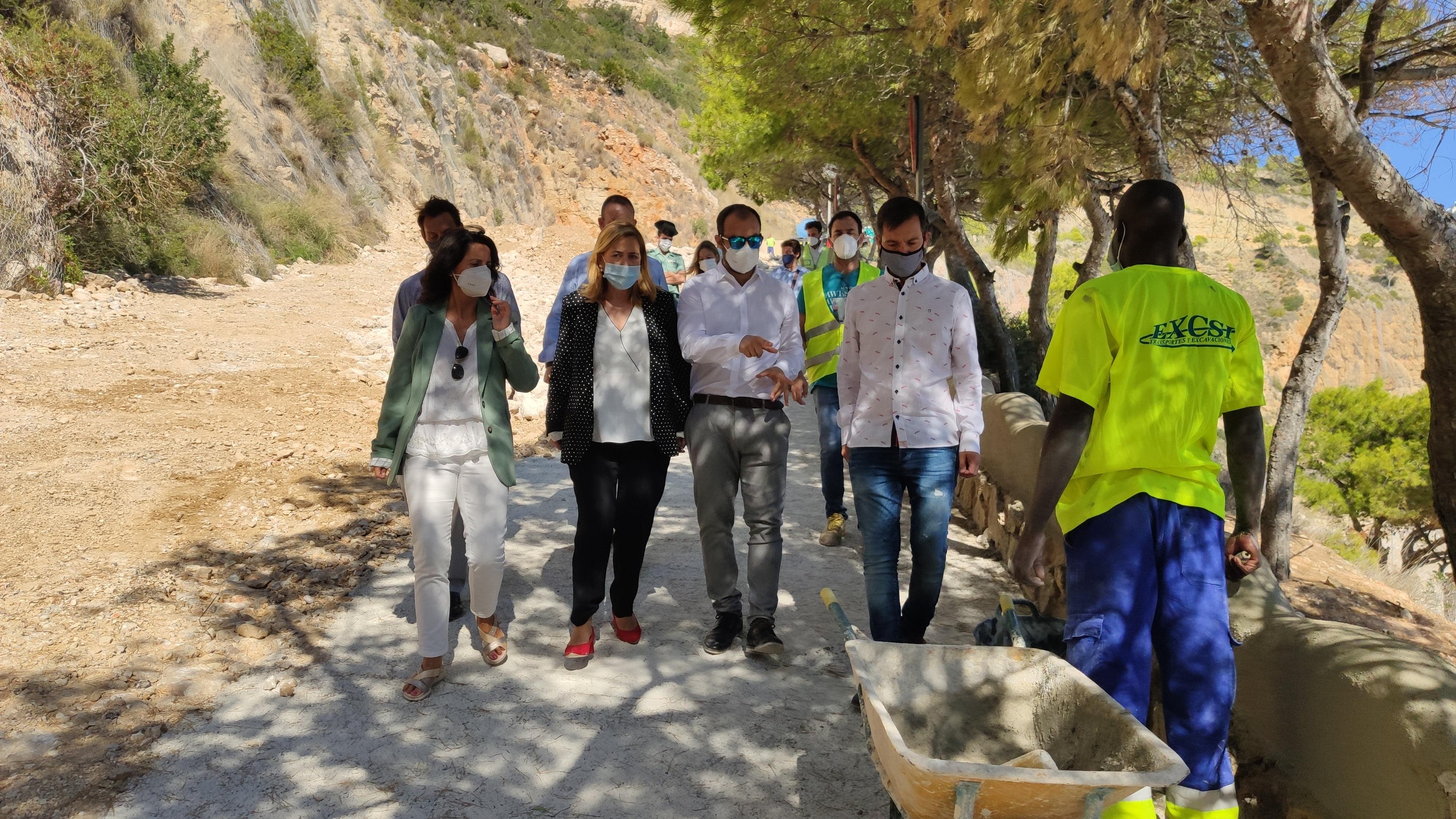 Visita de autoridades a las obras de la Cala del Moraig