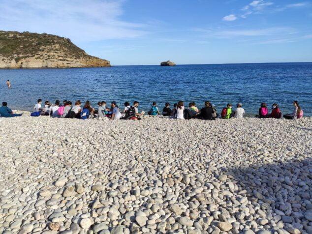 Imagen: Visita del alumnado del CEIP Mediterrània a la Playa de la Barraca
