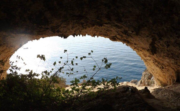 Vista desde el interior de una de les Coves Santes (Imagen: Gato Jim)