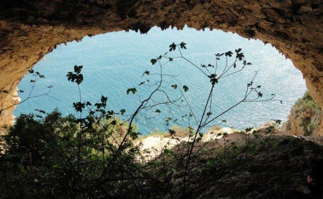 Imagen: Vista desde el interior de una de les Coves Santes (Autor: Gato Jim)