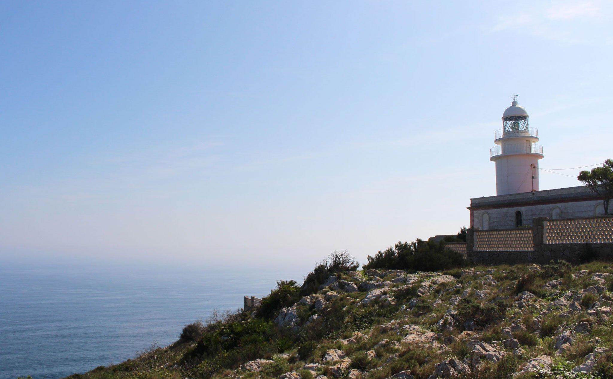 Vista del faro del Cabo de San Antonio con el mar al fondo