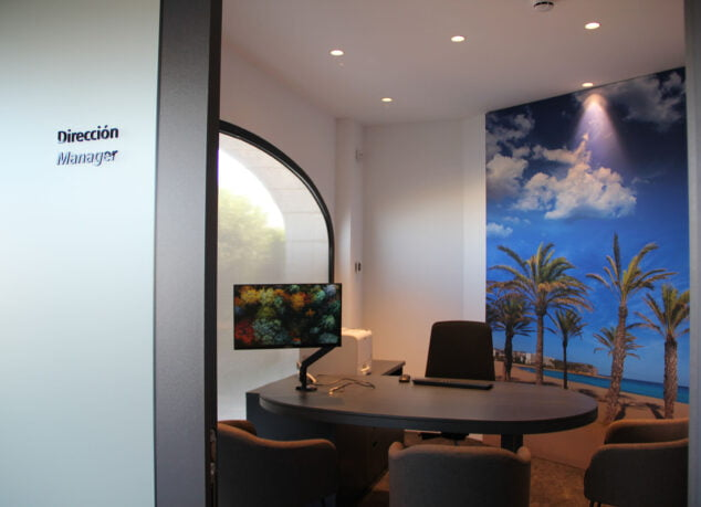Imagen: Despacho del director en la Oficina Store de CaixaBank Xàbia