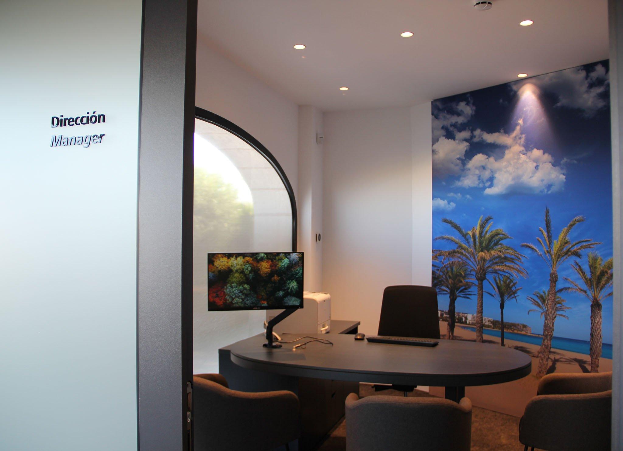 Despacho del director en la Oficina Store de CaixaBank Xàbia