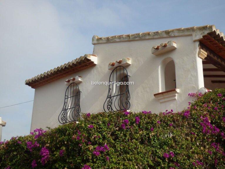 Detalle de las ventanas de un chalet en venta en Jávea - Inmobiliaria Belen Quiroga