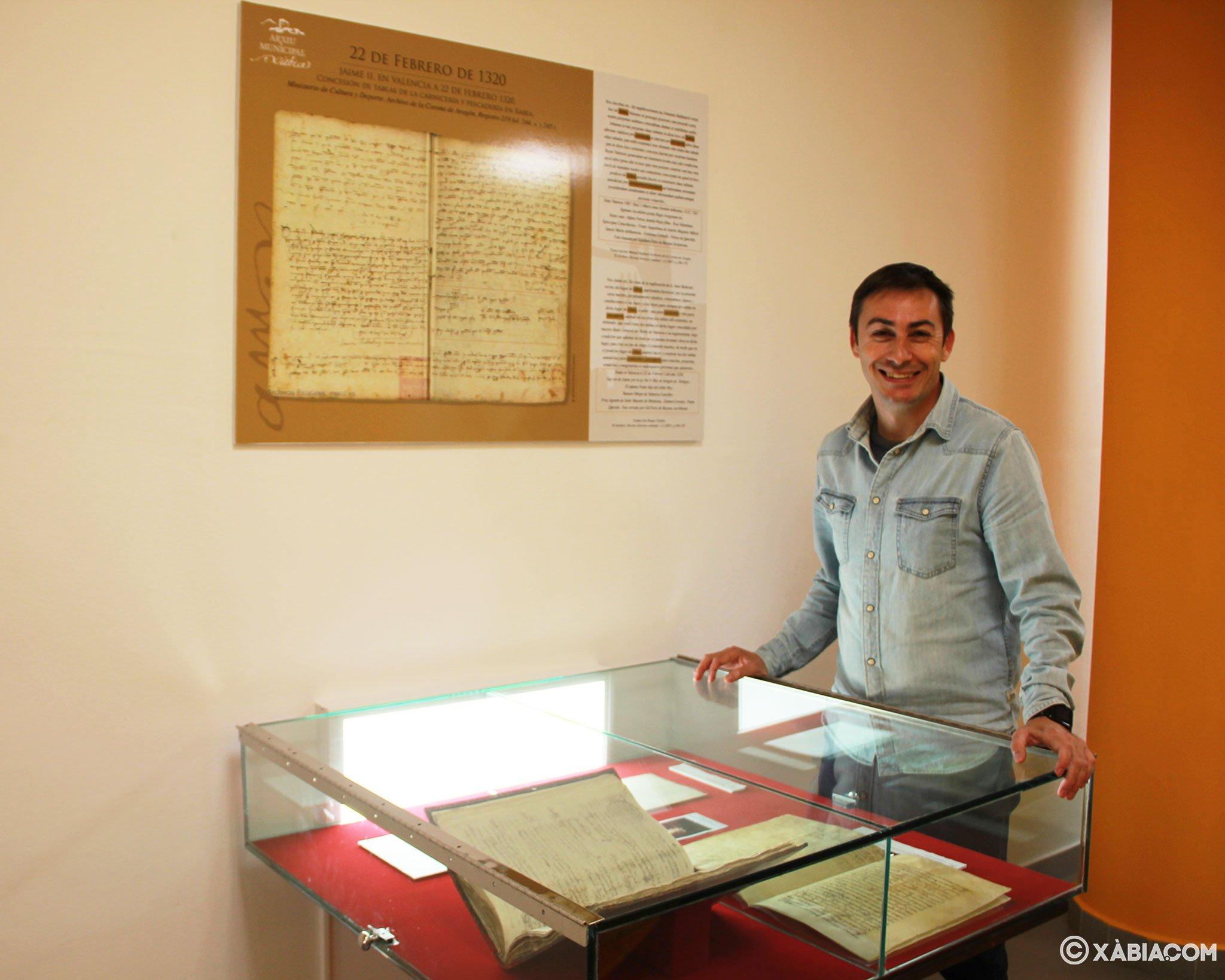 El archivero municipal junto a uno de los documentos que conserva el Archivo