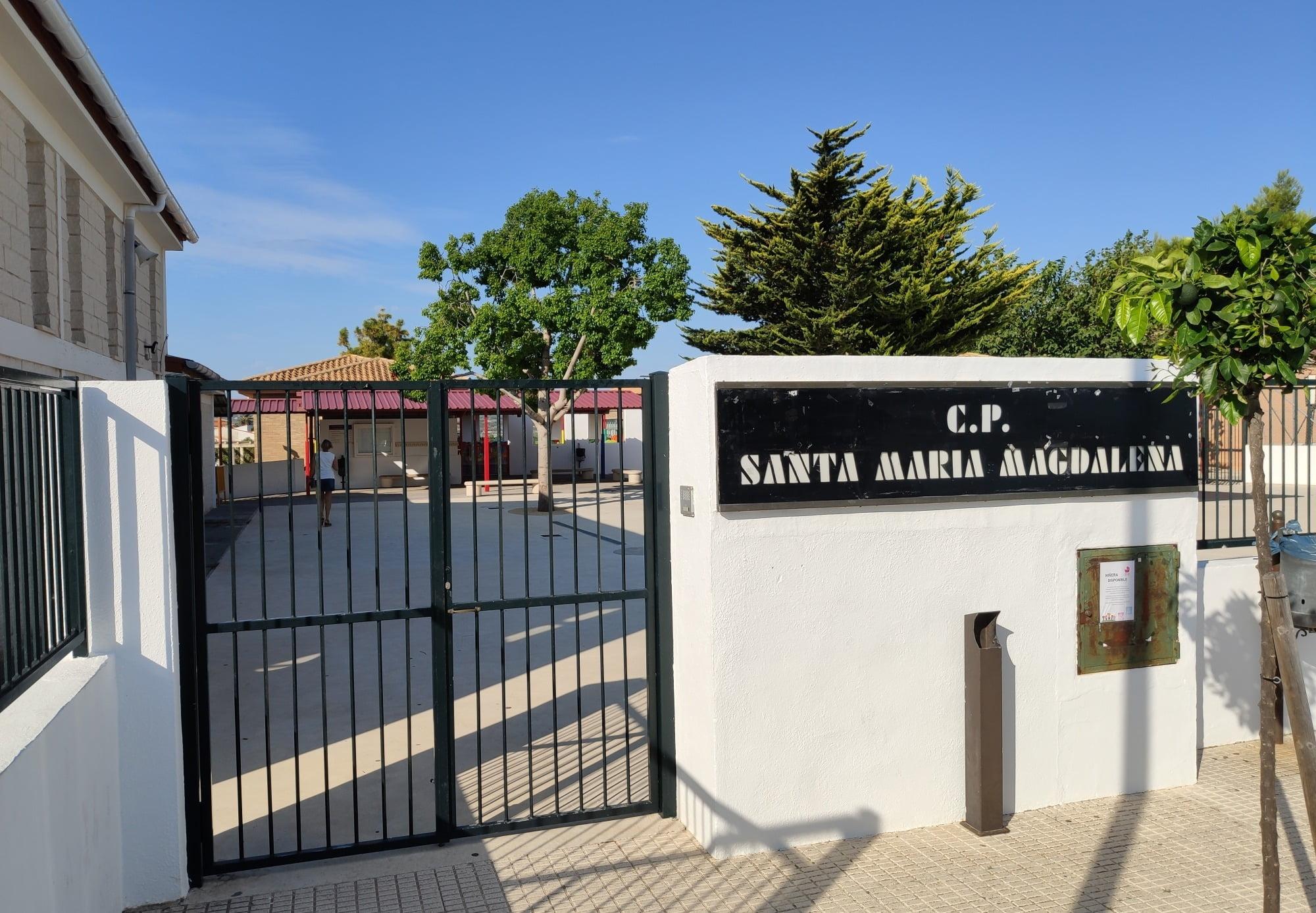 Entrada del colegio Santa María Magdalena
