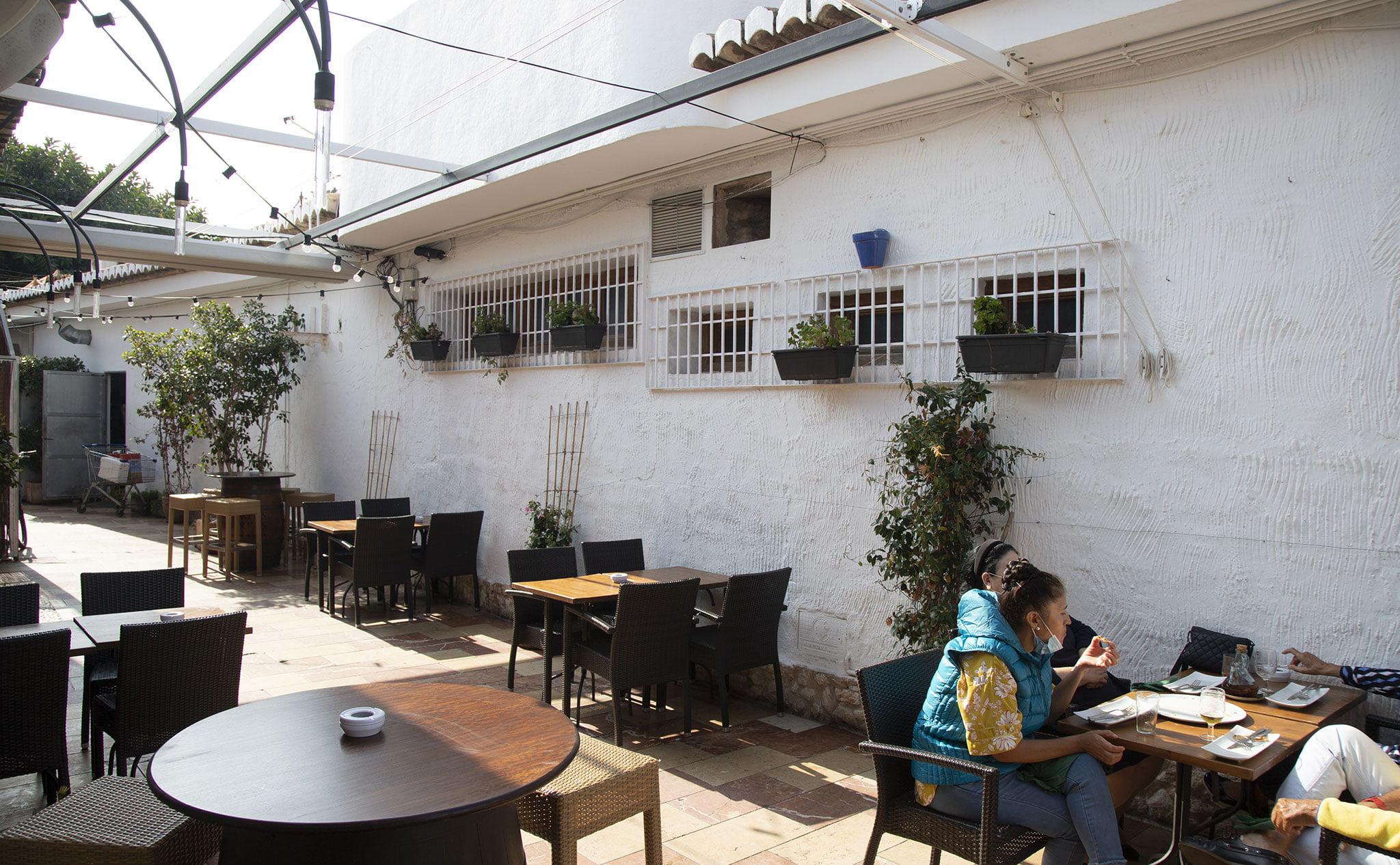 Exterior de una bodega en Jávea, El Celler de La Fontana – Restaurante La Fontana