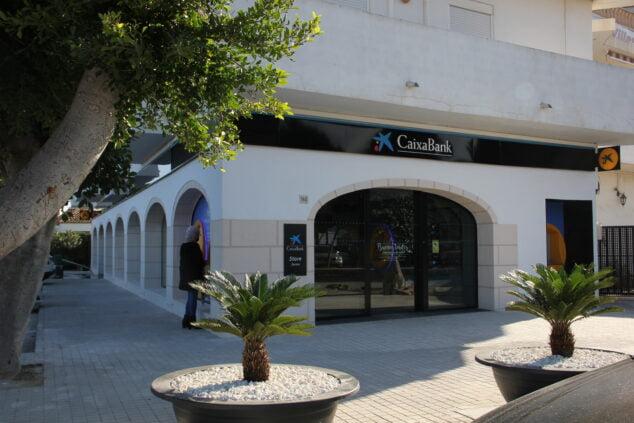 Imagen: Fachada de la Oficina Store de CaixaBank