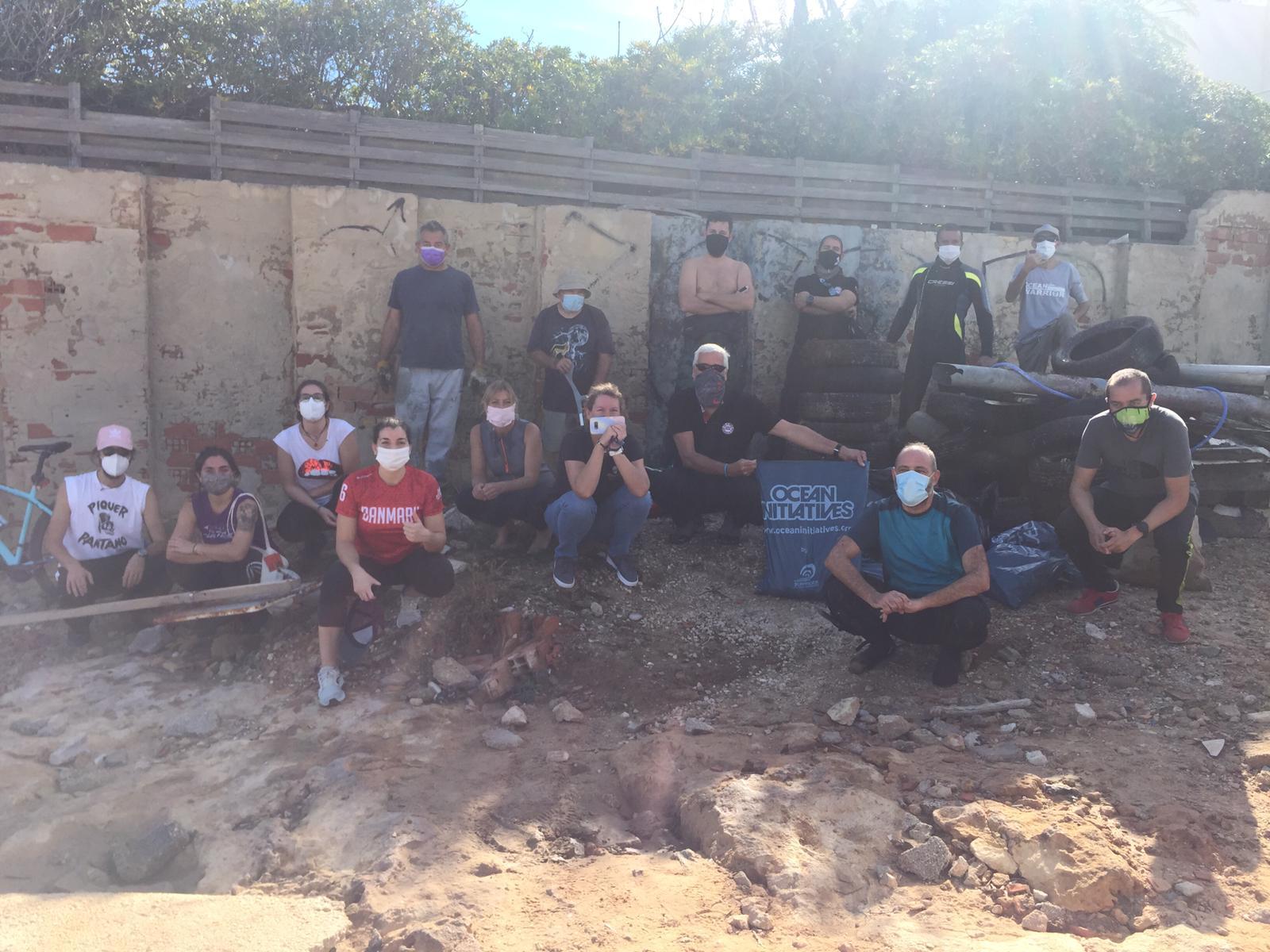 Grupo de personas que trabajaron en la limpieza del litoral