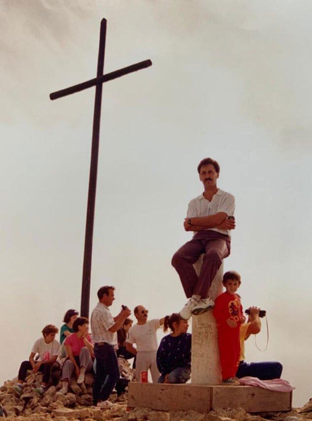 Imatge: Imatge completa de la Creu del Montgó, amb un grup d'amics al voltant (Imatge: CEX, Centre Excursionista de Xàbia)