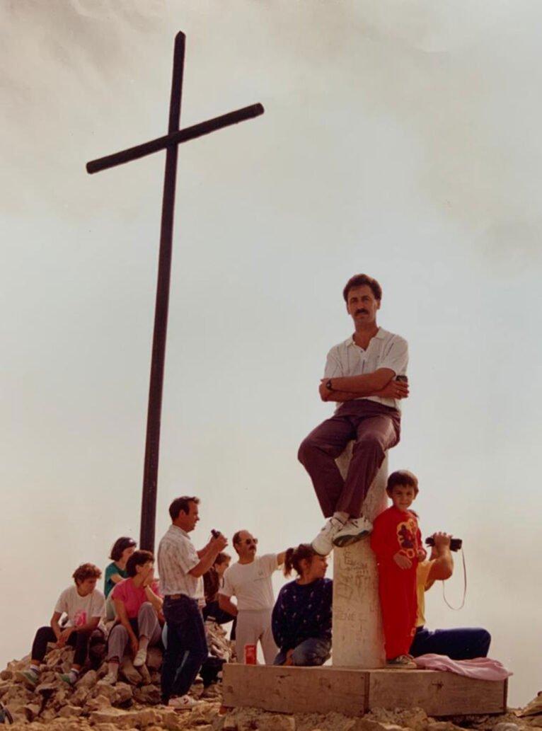 Imagen antigua de la Creu del Montgó, con un grupo de amigos alrededor (Imagen: CEX, Centre Excursionista de Xàbia)