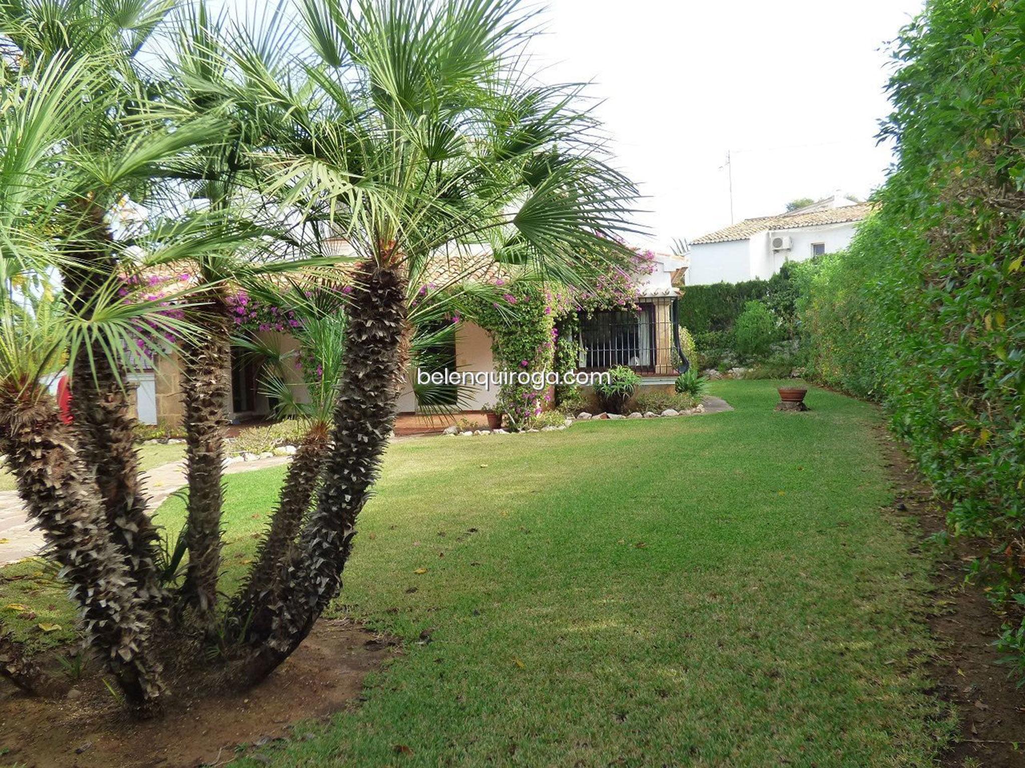 Jardín de un chalet en venta en Jávea – Inmobiliaria Belen Quiroga