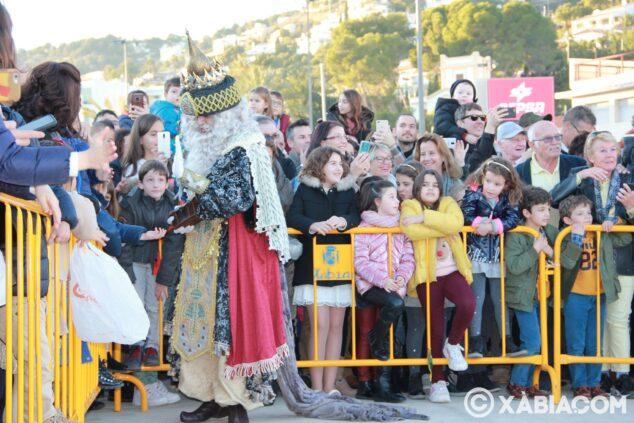 Imagen: Melchor saludando a los niños