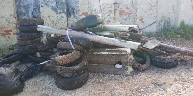 Imagen: Neumáticos extraídos de la Cala del Ministre