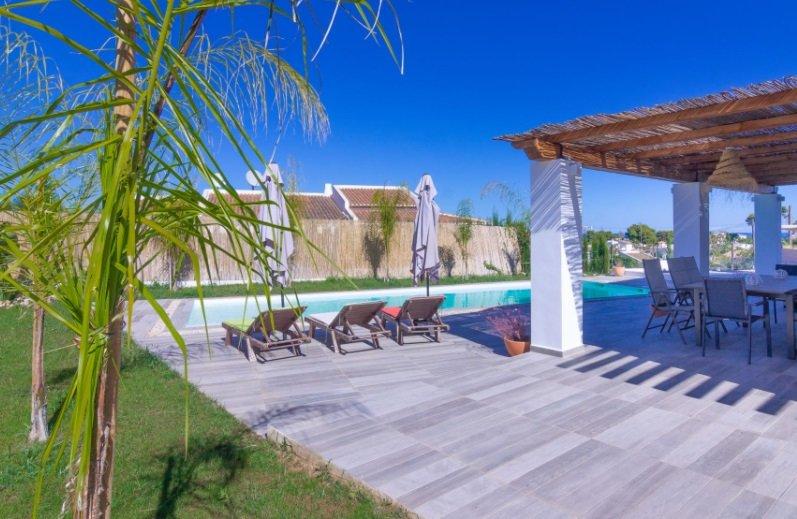Piscina y tumbonas en una villa en venta en Jávea en la zona de Cap Martí – Pinomar – MORAGUESPONS Mediterranean Houses