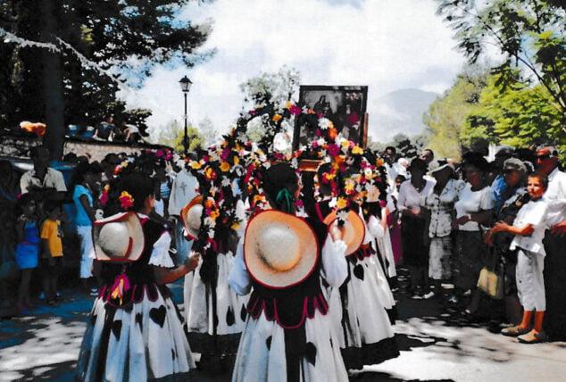 Imagen: Procesión alrededor de la ermita en 2006