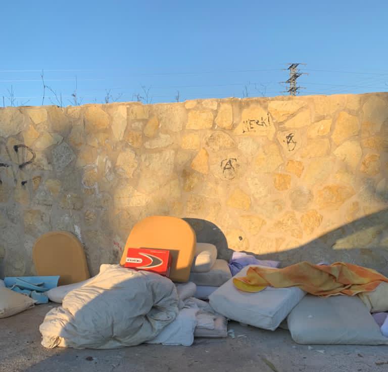 Restos de enseres náuticos en un punto verde de Xàbia