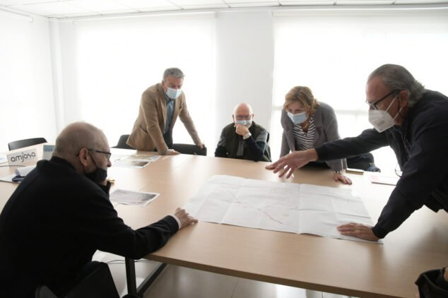 Image: Meeting with the engineer to find a solution to the flooding