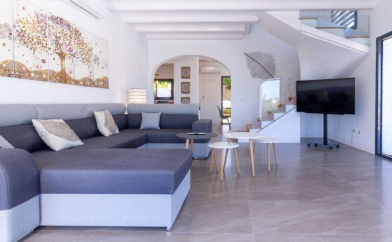 Salón de una villa en venta en Jávea en la zona de Cap Martí - Pinomar - MORAGUESPONS Mediterranean Houses