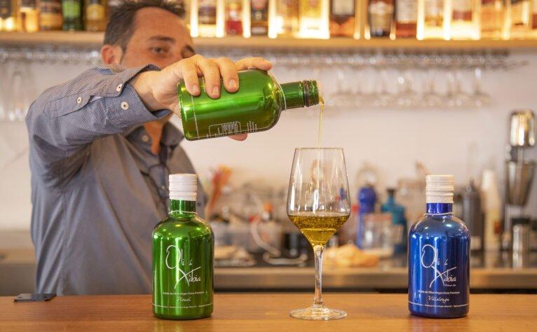 Sirviendo una copa en una bodega en Jávea, El Celler de La Fontana - Restaurante La Fontana