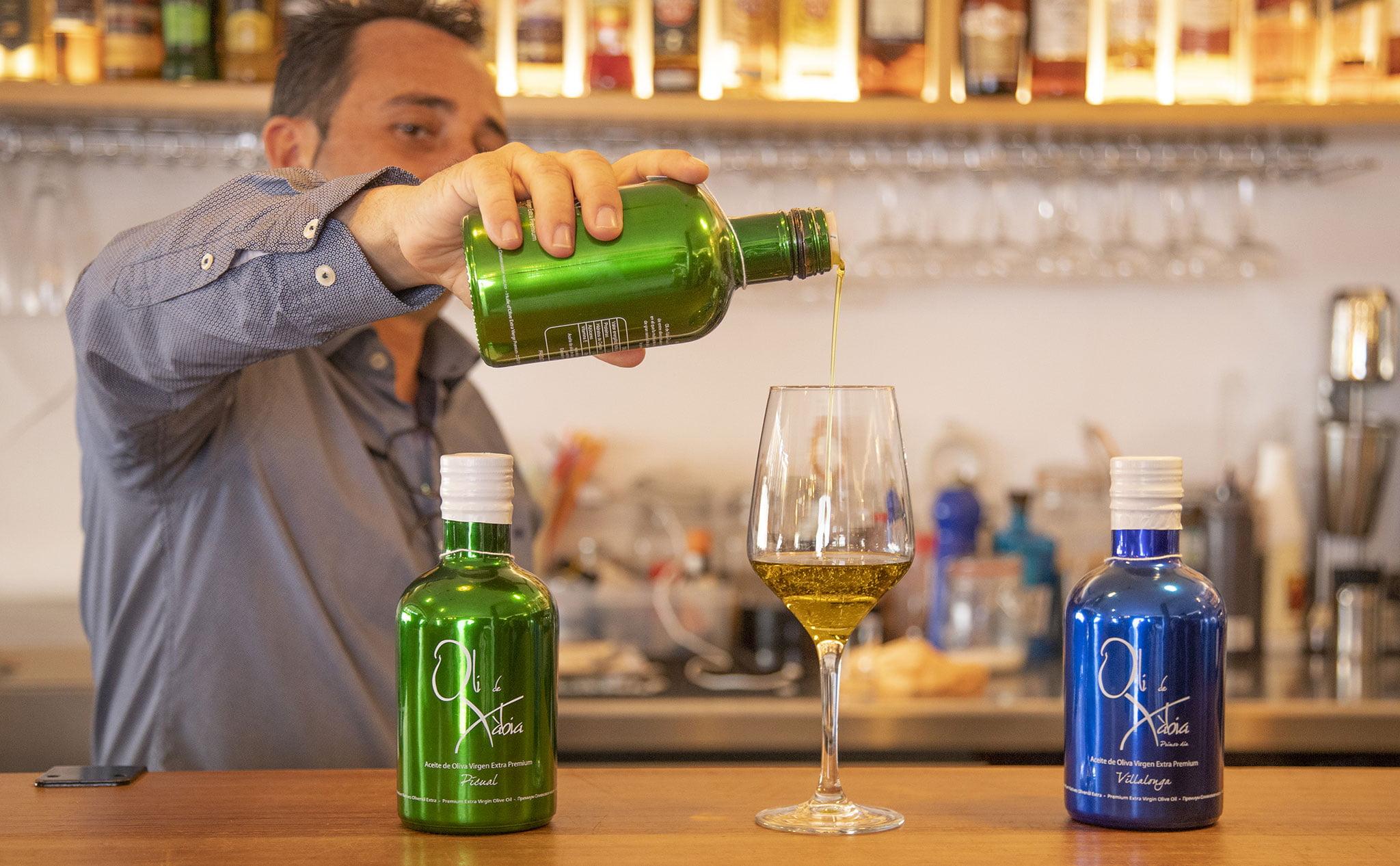 Sirviendo una copa en una bodega en Jávea, El Celler de La Fontana – Restaurante La Fontana