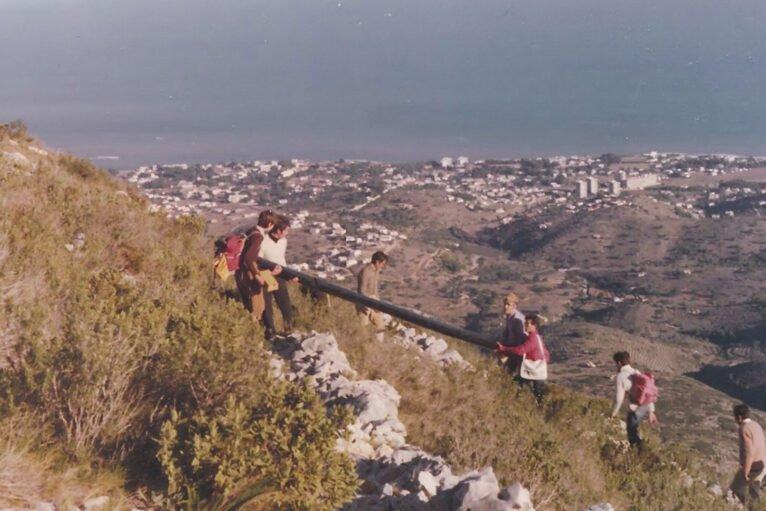 Ascenso de la primera Cruz del Montgó de Jávea, el 22 de enero de 1978 (Imagen cortesía del CEX, Centre Excursionista de Xàbia)