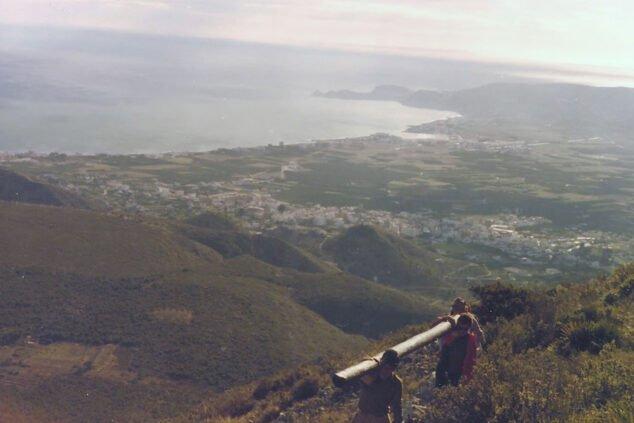 Imatge: Pujada a l'Montgó de la primera Creu de Xàbia, amb la badia a el fons (Font: Centre Excursionista de Xàbia)