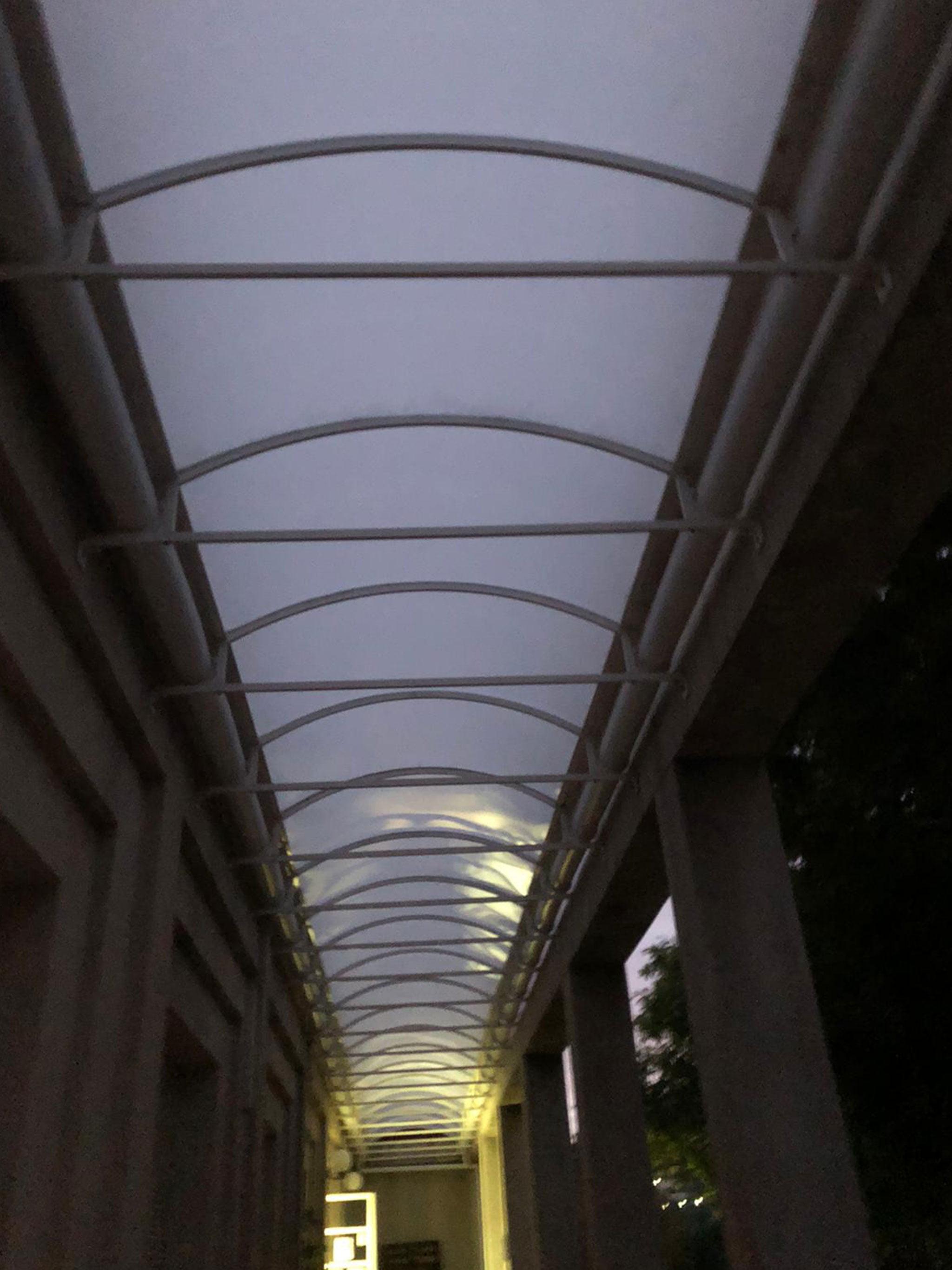 Vista desde el interior de un techo fijo en forma de cúpula – Alucardona Pvc y Aluminios, S.L.