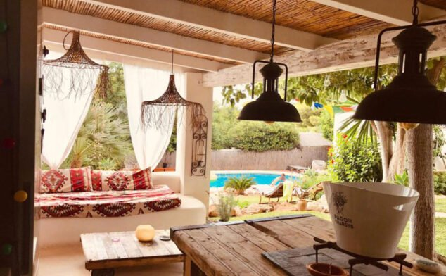 Imagen: Terraza de un chalet en venta de estilo ibicenco - Atina Inmobiliaria