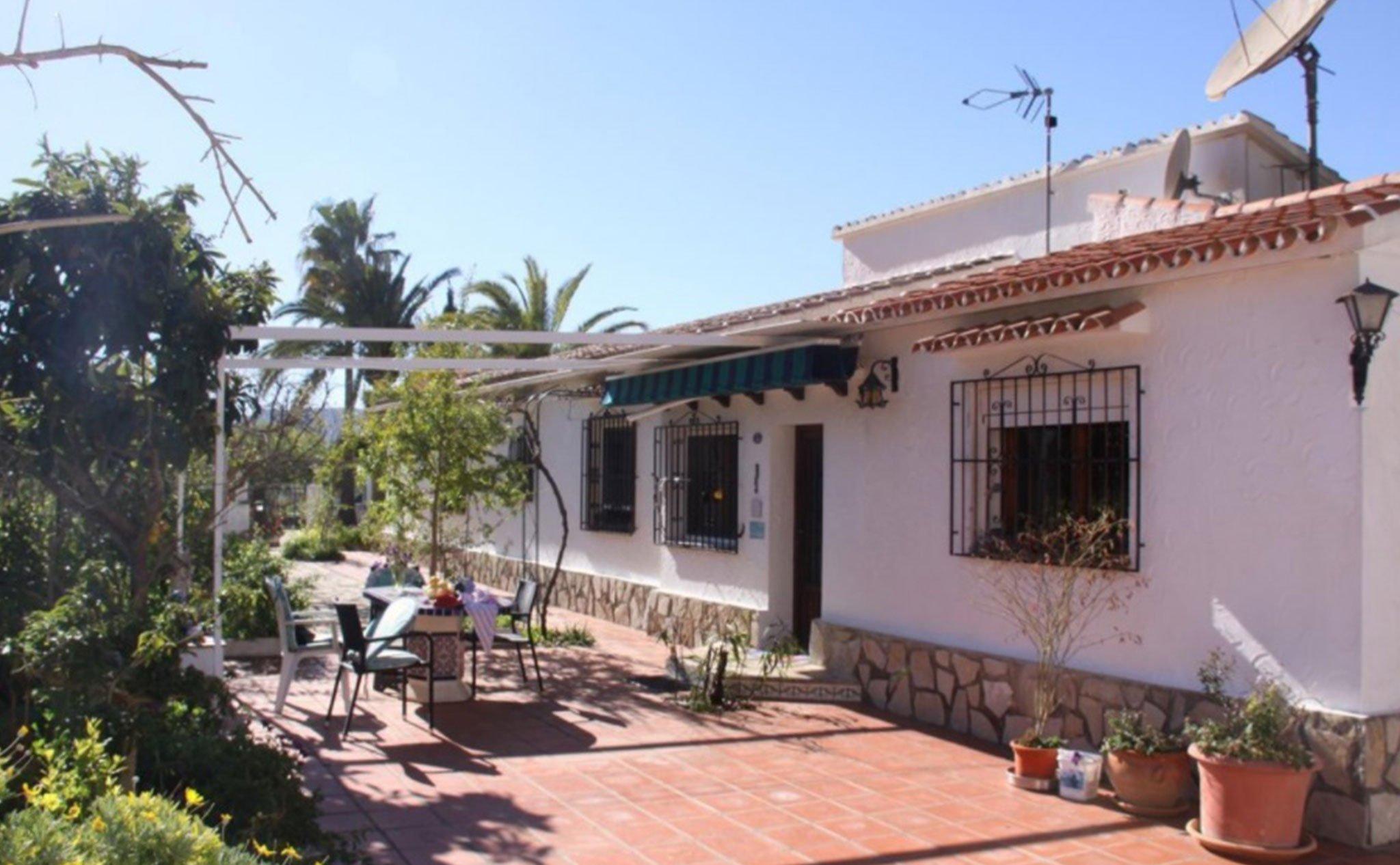 Terraza con muebles en una finca en venta entre Jávea y Jesús Pobre – Terramar Costa Blanca
