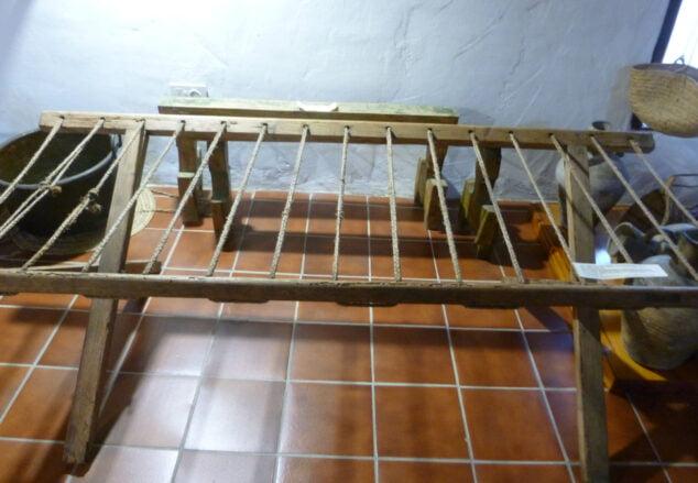 Imagen: Un Catre sobre el que se colocaba la márfega de pallots de dacsa. Mvsev de Xàbia