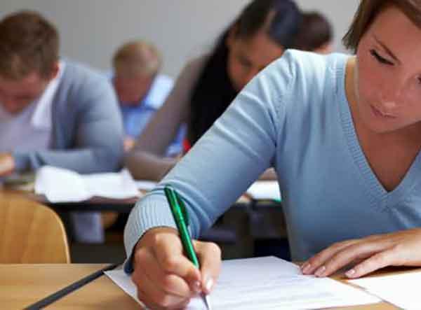Imagen: Una estudiante en una prueba de examen