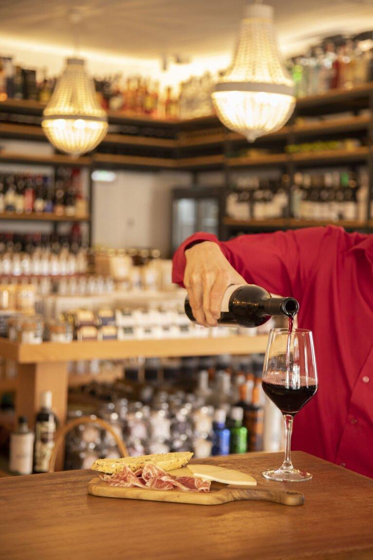 Vino y tapa en la bodega El Celler de La Fontana - Restaurante La Fontana