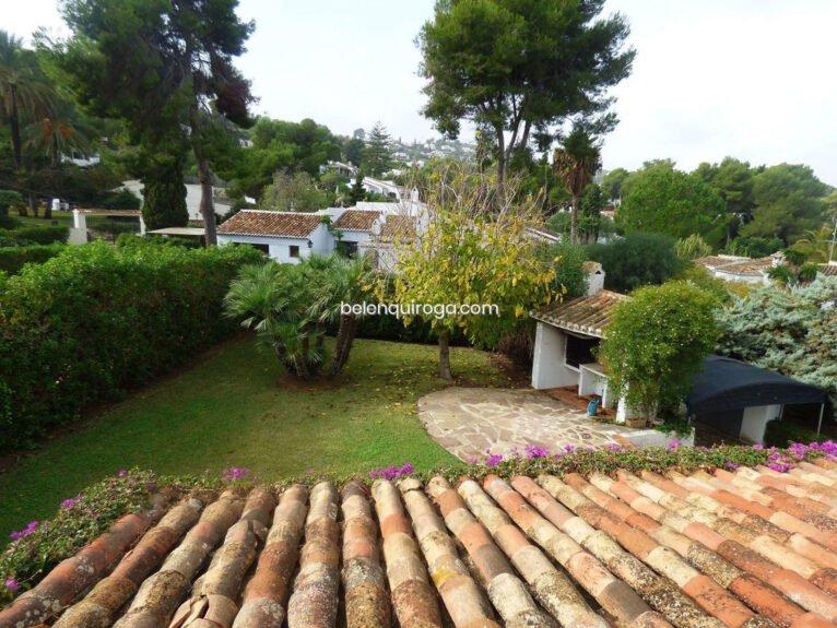 Vista del jardín privado de un chalet en venta en Jávea - Inmobiliaria Belen Quiroga