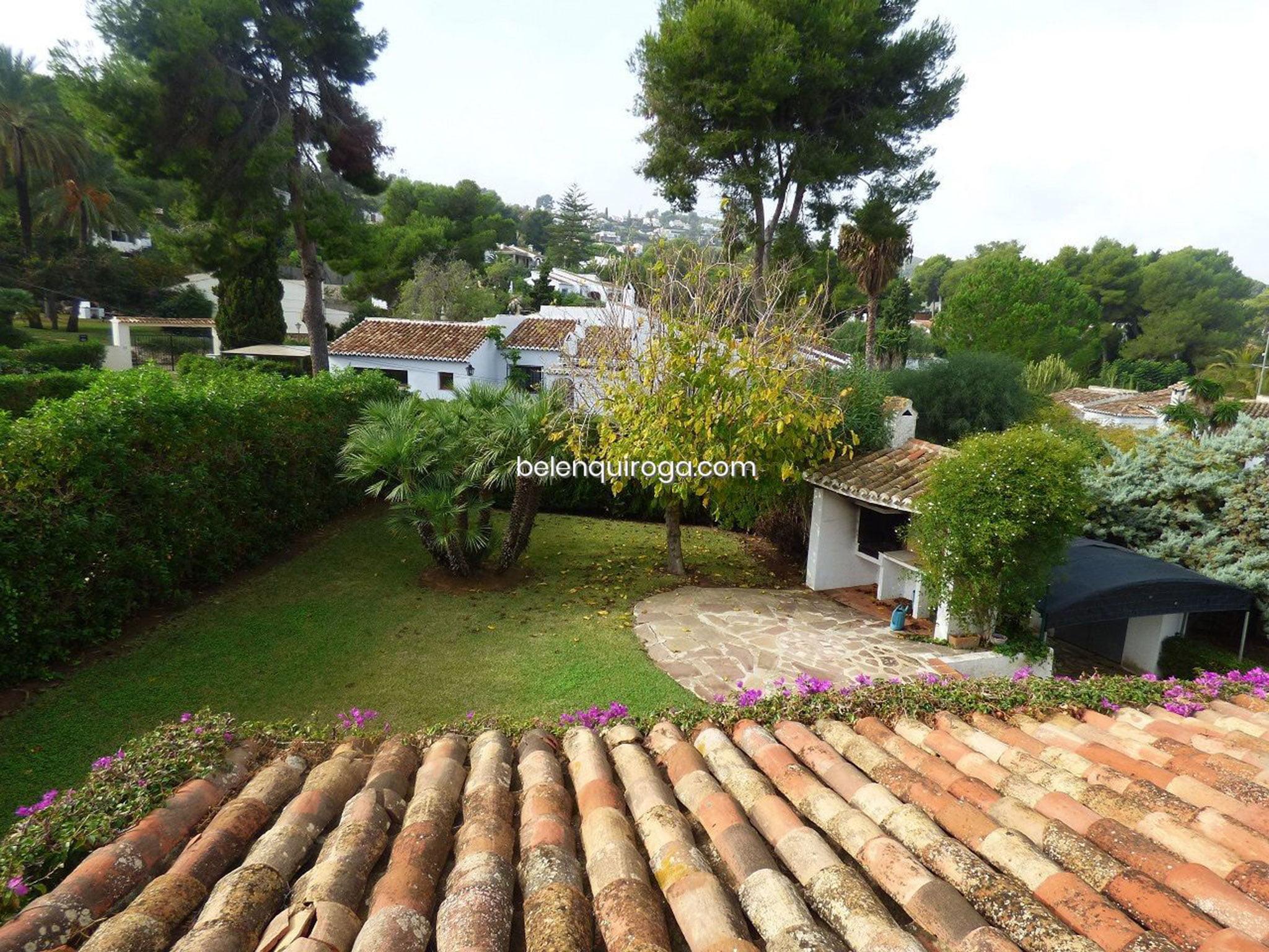 Vista del jardín privado de un chalet en venta en Jávea – Inmobiliaria Belen Quiroga