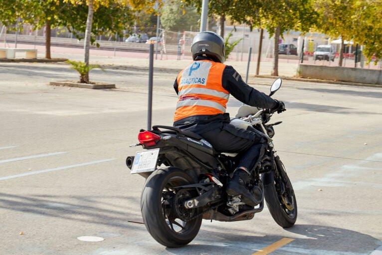 Sacarse el carnet de moto en Dénia - Autoescuela Guillem