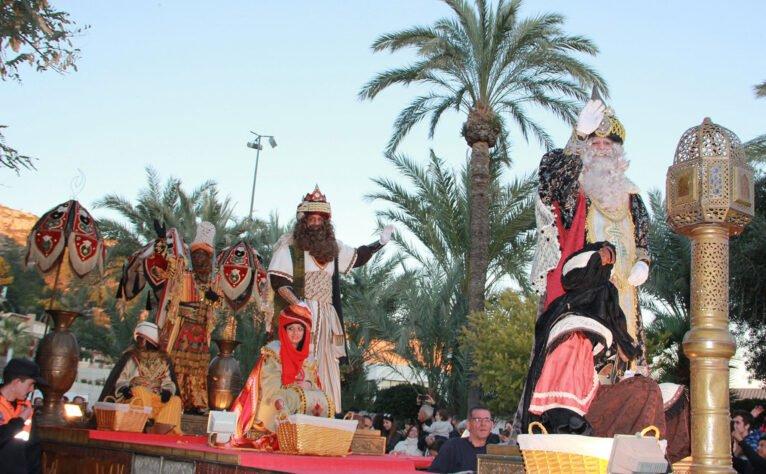 Carroza con los tres Reyes Magos en la Cabalgata de Xàbia